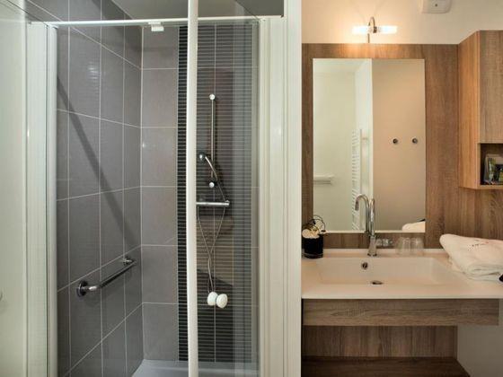 residence senior nimes salle de bain douche.jpg